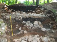 Chronicle of the Archaeological Excavations in Romania, 2009 Campaign. Report no. 59, Racoş, Piatra Detunată (Durduia)<br /><a href='http://foto.cimec.ro/cronica/2009/sistematice/059/1-Ruinele-zidului-dacic-SI2003.jpg' target=_blank>Display the same picture in a new window</a>