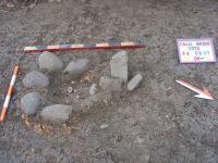 Cronica Cercetărilor Arheologice din România, Campania 2012. Raportul nr. 10, Călugăreni, Ţinutul Cetăţii (Vártartomny)<br /><a href='http://foto.cimec.ro/cronica/2012/010-CALUGARENI-MS/6-s4-groapa-de-par-intarita-cu-pietre-de-rau.JPG' target=_blank>Priveşte aceeaşi imagine într-o fereastră nouă</a>