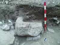 Chronicle of the Archaeological Excavations in Romania, 2014 Campaign. Report no. 2, Adamclisi, Cetate.<br /> Sector Sector B_Scurtu Ctin.<br /><a href='http://foto.cimec.ro/cronica/2014/002-Adamclisi-SectorB/fig-04-sg13-context1-sarcofag.JPG' target=_blank>Display the same picture in a new window</a>