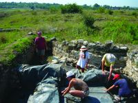 Chronicle of the Archaeological Excavations in Romania, 2014 Campaign. Report no. 3, Adamclisi, Cetate.<br /> Sector Sector B_Scurtu Ctin.<br /><a href='http://foto.cimec.ro/cronica/2014/003-Adamclisi-SectorA/fig-08-acoperirea-cu-folie-a-zonei-anexelor.JPG' target=_blank>Display the same picture in a new window</a>