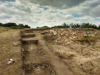 Chronicle of the Archaeological Excavations in Romania, 2019 Campaign. Report no. 55, Pantelimon, Cetate<br /><a href='http://foto.cimec.ro/cronica/2019/01-sistematice/055-pantelimonul-de-sus-ct-ulmetum-s/2-sector-sv-privire-de-ansamblu-catre-v.jpg' target=_blank>Display the same picture in a new window</a>