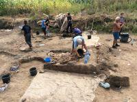 Chronicle of the Archaeological Excavations in Romania, 2019 Campaign. Report no. 69, Scânteia, La Nuci (Dealul Bodeştilor).<br /> Sector Rezerve.<br /><a href='http://foto.cimec.ro/cronica/2019/01-sistematice/069-scanteia-is-lanucidealbodesti-s/Rezerve/img-1388-vatra-l14-si-perete-central.jpg' target=_blank>Display the same picture in a new window</a>. Title: Rezerve